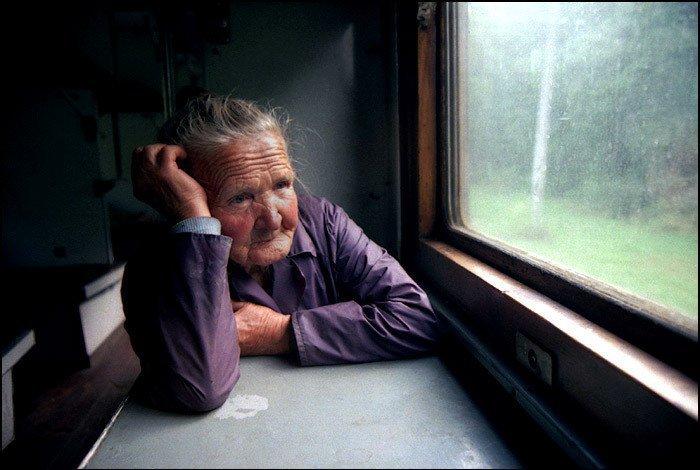 Кабмин распорядился выплачивать пенсии по месту жительства