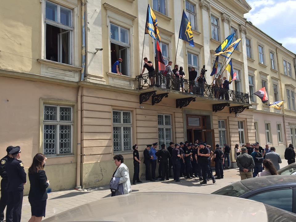 Поліція шукає хуліганів, відлупцювавших правоохоронців у Львівській облраді