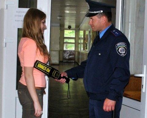 Омбудсмен зажадала пояснень щодо обшуків дітей під час ЗНО
