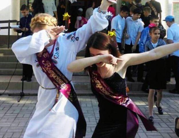 У Криму на останній дзвоник випускниця прийшла в забороненому одязі