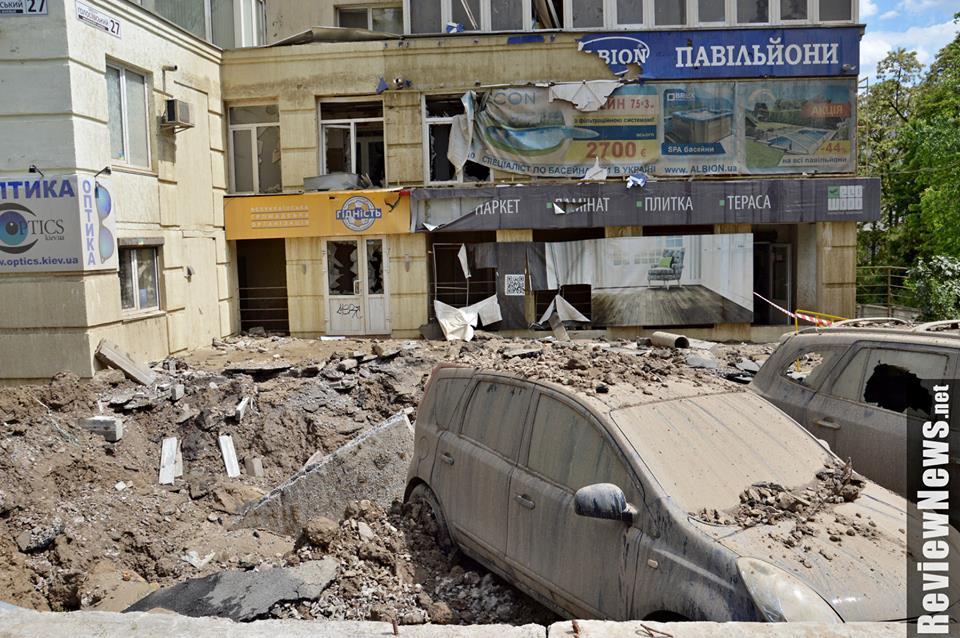 Камери спостереження зафіксували неймовірно видовищний порив труби у Києві