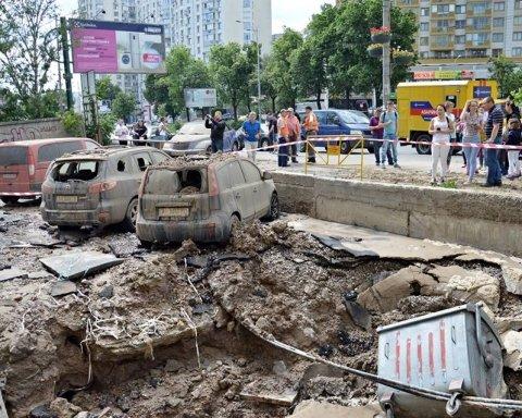 У Києві прорвало трубу: фонтан потрощив будинок і машини, опубликовані фото