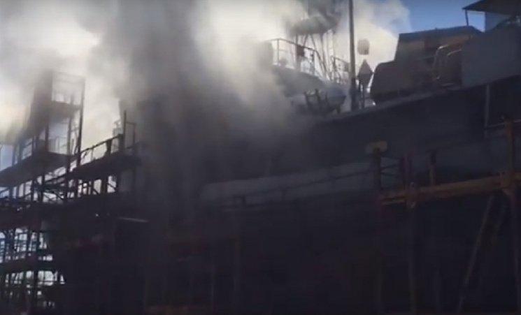 У Миколаєві горить корабель ВМС України: оприлюднено детальне відео