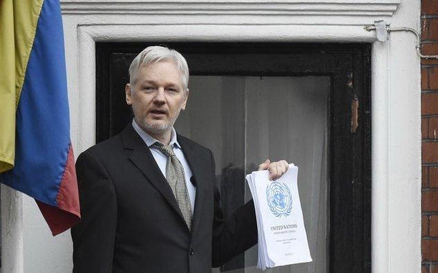 Джуліан Ассанж радий «важливий перемозі», але лондонське посольство Еквадору не покидає