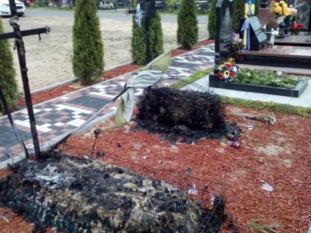Поліція з'ясувала, чому згоріли могили бійців АТО в Ірпені
