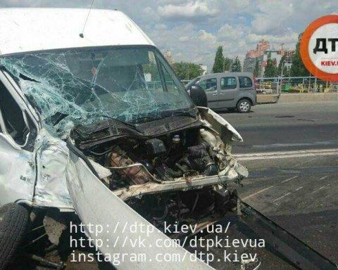У Києві лоб в лоб зіткнулися два мікроавтобуси: у ДТП постраждали люди