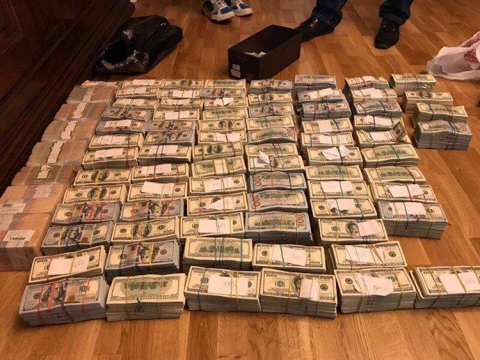 Аваков розповів про захмарні об'єми валюти та золота, вилучені у затриманих екс-податківців