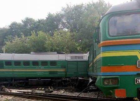 Пассажирский поезд столкнулся с локомотивом в Хмельницкой области, есть раненные дети