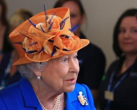 Елизавета II посетила детей, пострадавших во время теракта в Манчестере: опубликовано фото
