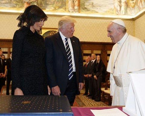 """Папа Римський вручив президенту США сюрприз із """"секретом"""""""