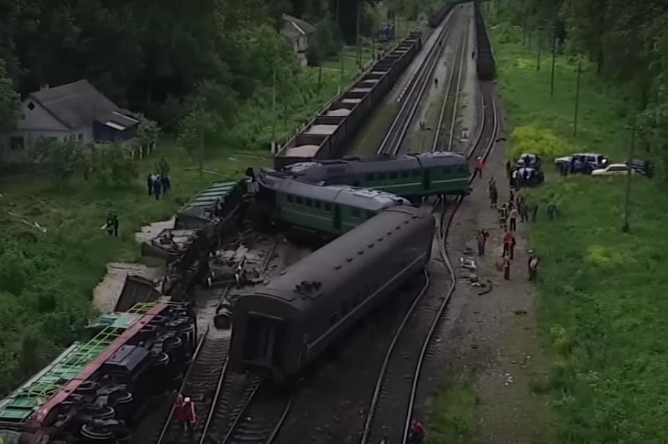 Последствия аварии поездов в Каменец-Подольском сняли на видео