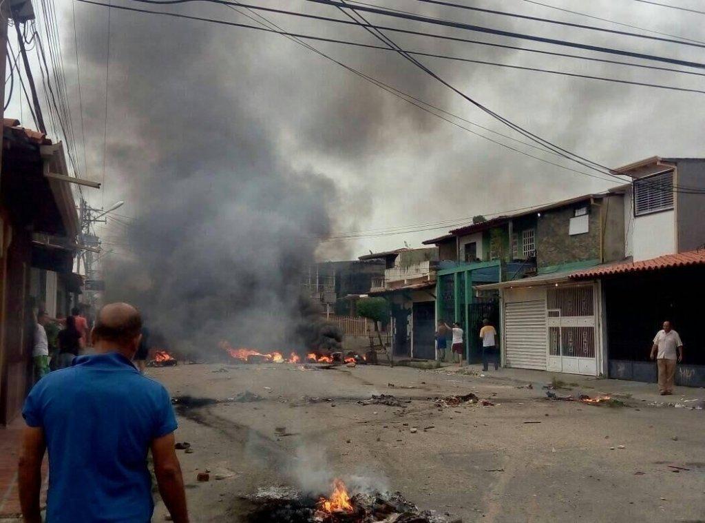 Протестувальники у Венесуелі спалили будинок екс-президента Чавеса