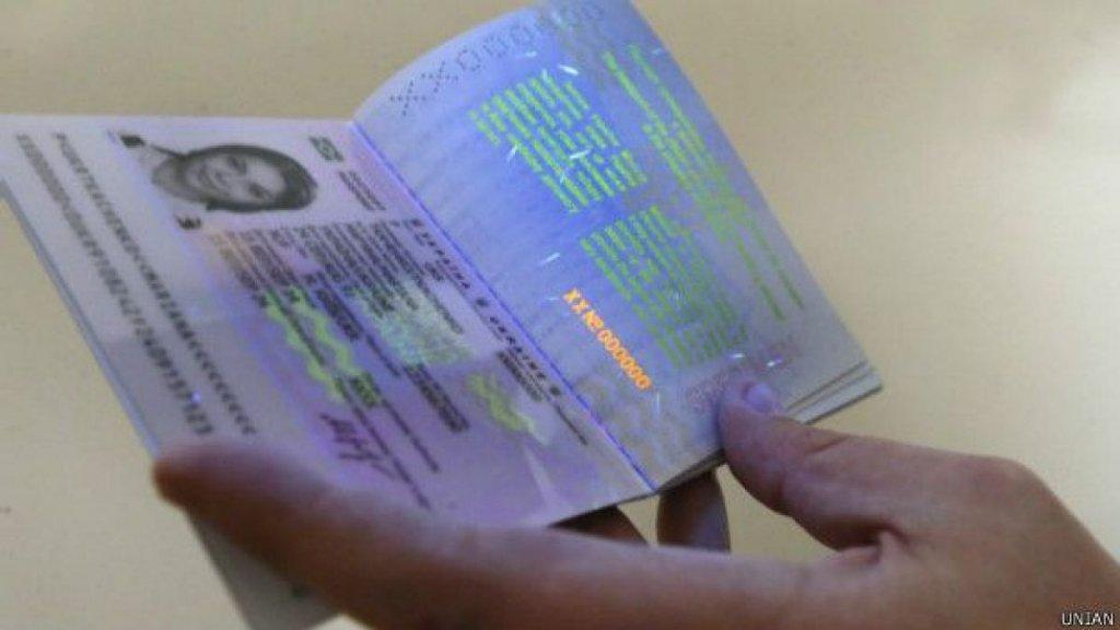 З безвізом, але без паспортів: в Україні не працює більшість сервісних центрів