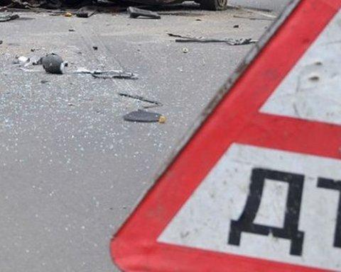 Жахлива аварія у Києві: постраждала дівчина, потрощені чотири авто, є фото та відео