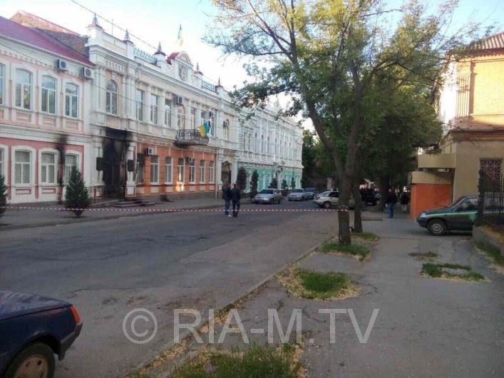 В Запорожской области подожгли здание горсовета: опубликовано фото