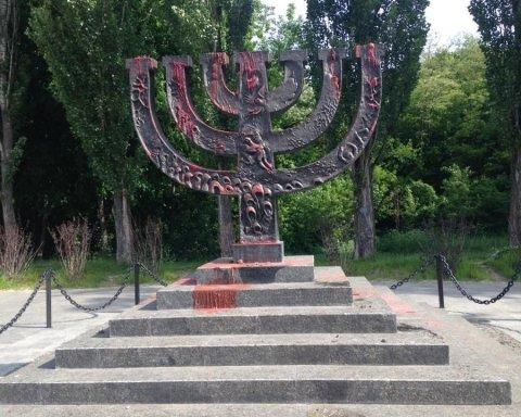 У Києві вандали облили фарбою пам'ятник жертвам Холокосту