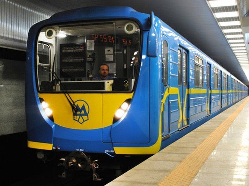 Стало погано, впав і помер: смерть чоловіка у метро вразила киян