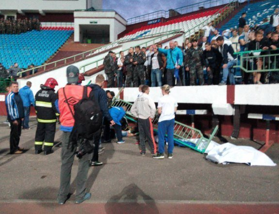 На стадіоні в Білорусі звалилася огорожа з фанатами: є постраждалі