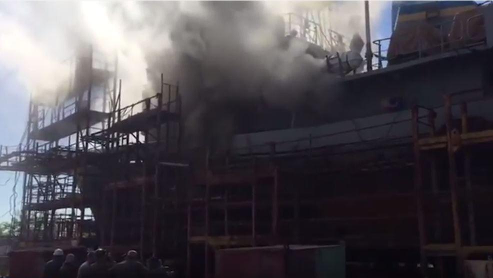 На суднобудівному заводі Миколаєва спалахнуло водолазне судно ВМС – опубліковано відео