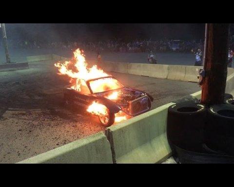 В США на екстремальних гонках спалахнула та вибухнула машина