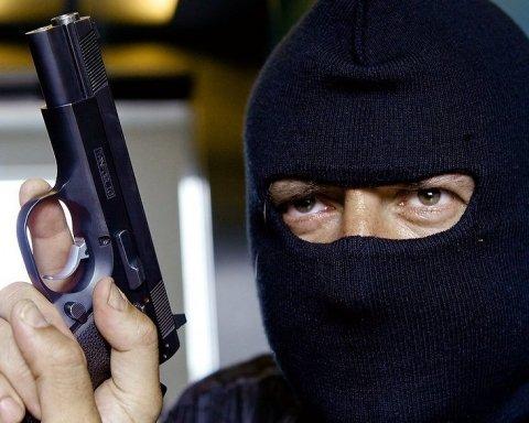 """Під революційний """"шумок"""" в Єревані поліцейський намагався пограбувати банк: є загиблий"""