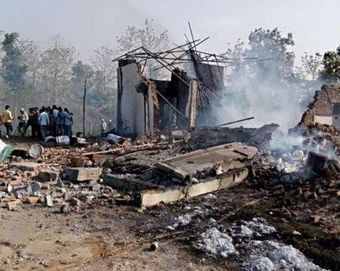 В Индии взлетела в воздух большая фабрика, много пострадавших