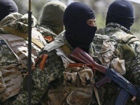 Бойовики прикриваються людьми під час передачі боєприпасів