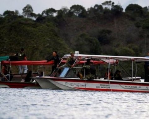 В Южной Америке судно ушло на дно с туристами: появилось видео