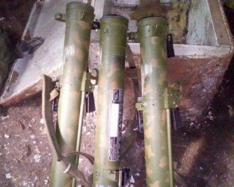 Под Славянском обнаружен тайник с огнеметами, обнародованы фото