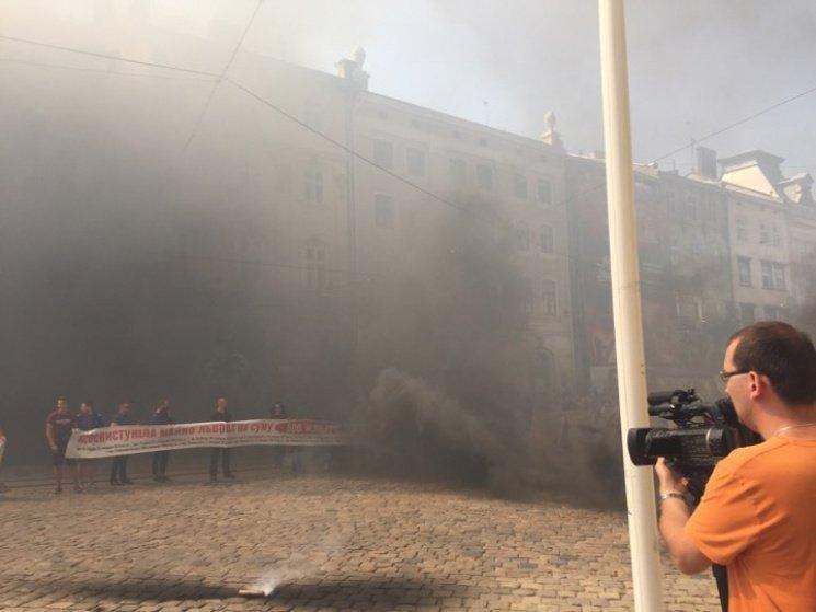Львовская площадь Рынок вдыму: митингующие «выкуривают» Садового изгорсовета