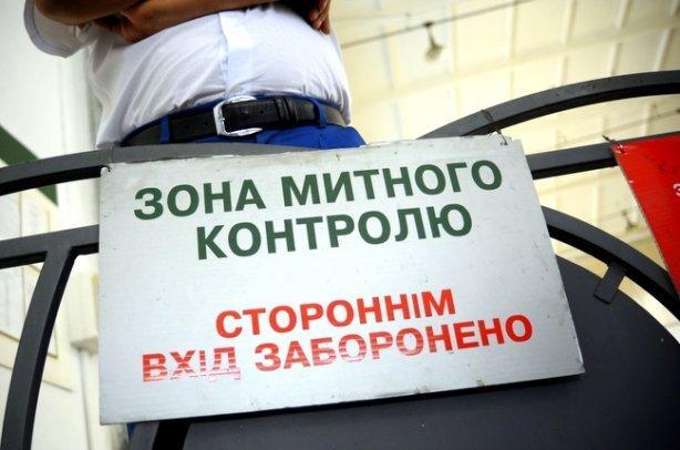 На митниці пояснили, скільки брендових товарів насправді не пустили в Україну