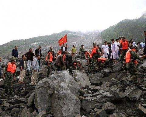 В Китае оползень накрыл деревню: под завалами 140 человек