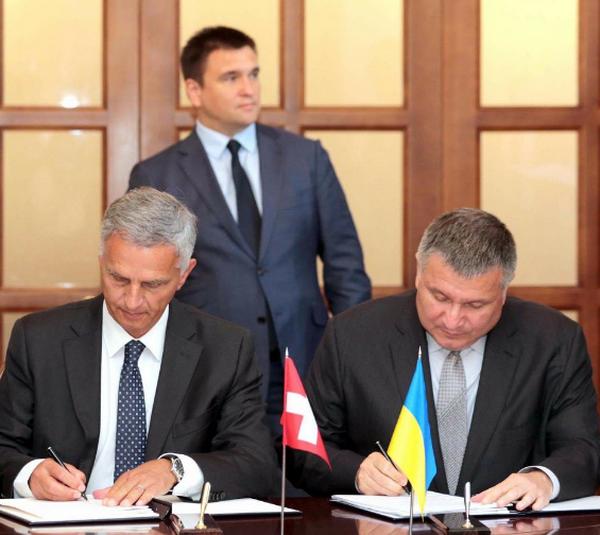 Україна і Швейцарія підписали договір про безвізовий режим