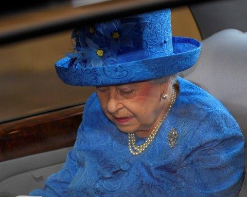 Елизавета II на доклад о Brexit надела шляпку с флагом ЕС, комментарии соцсетей