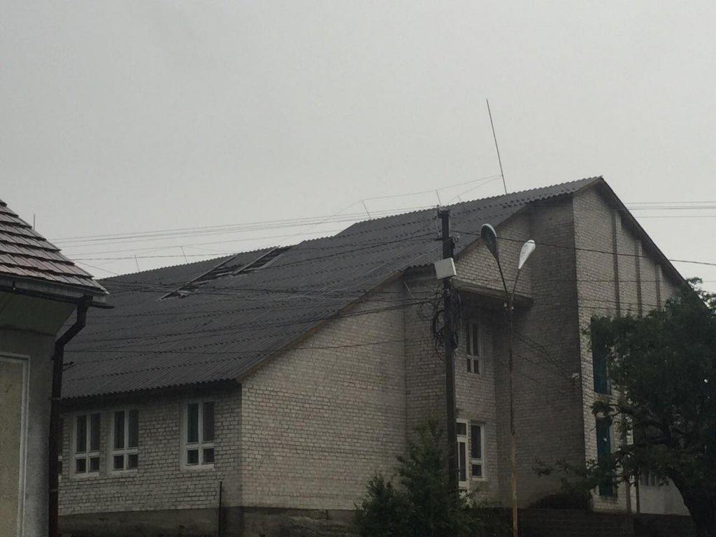 Ураган на Закарпатье: десятки домов без света и крыш