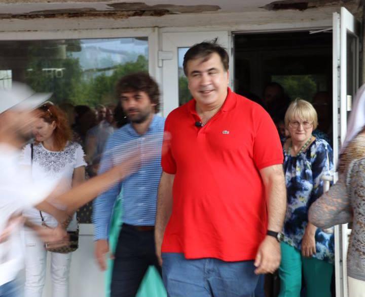 Саакашвілі просить Порошенка повернути йому €50 за майку, облиту зеленкою