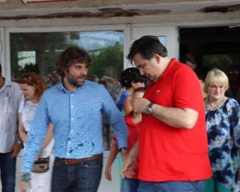 Саакашвили просит Порошенко вернуть ему €50 за майку, облитую зеленкой