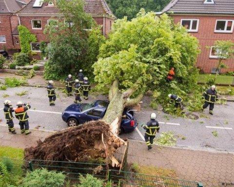 На Германию обрушился мощный ураган: обнародованы впечатляющие фото и видео