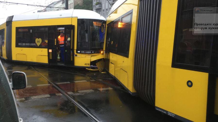 У центрі Берліну на швидкості зіткнулись два трамваї: десятки постраждалих, фото