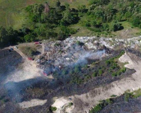 Під Києвом більше доби гасять масштабну пожежу на звалищі, оприлюднені фото