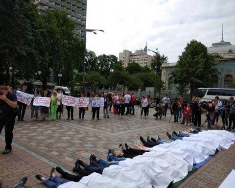 """Українці влаштували біля Верховної Ради акцію """"Година смерті"""""""