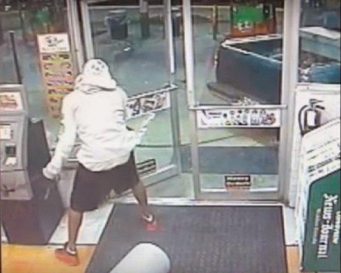 В США грабитель забавно пытались похитить банкомат, обнародовано видео