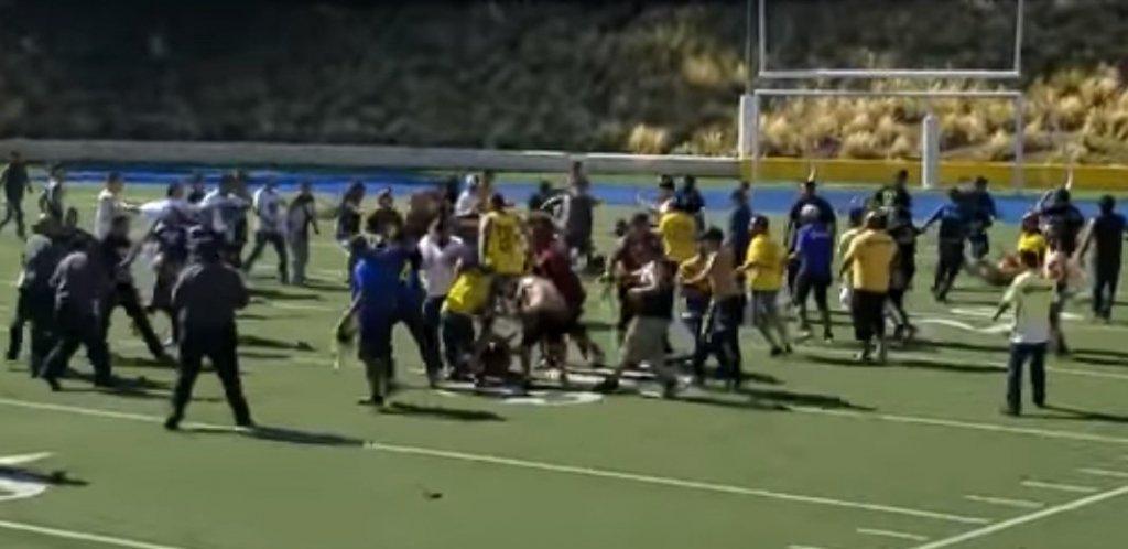 У Мексиці на матчі легенд футболу фанати влаштували масову бійку: відео