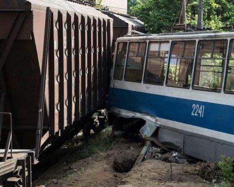 У Дніпрі поїзд зіткнувся з трамваєм: є жертви, оприлюднено фото та відео