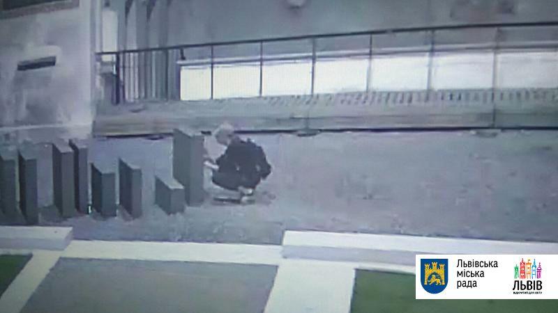 Неизвестные осквернили стелу наПлощади синагог воЛьвове