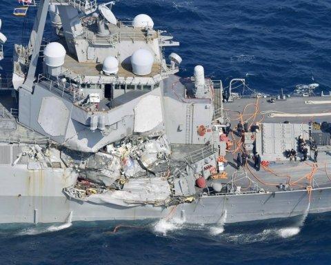 Столкновение эсминца ВМС США с грузовым судном: обнародованы фото и видео