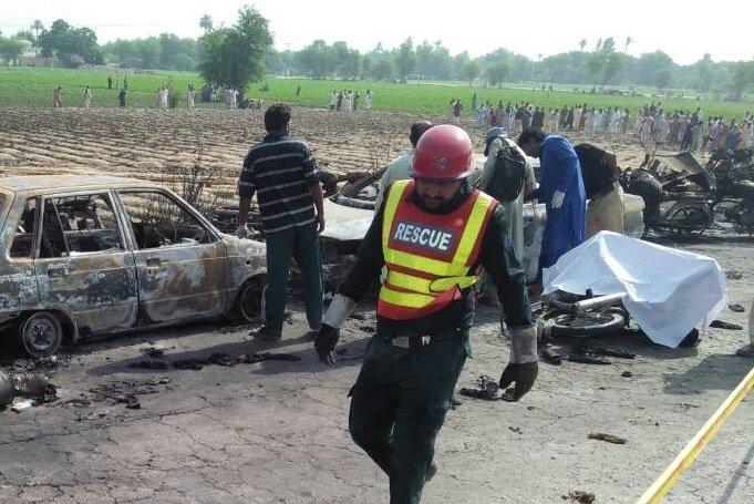 Моторошна пожежа збензовозом уПакистані: кількість жертв значно зросла
