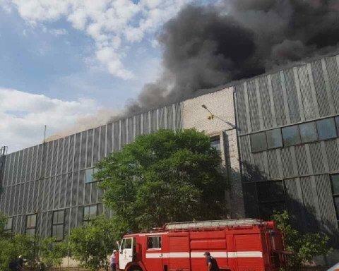 У Дніпрі масштабна пожежа на металургійному заводі: оприлюднені фото