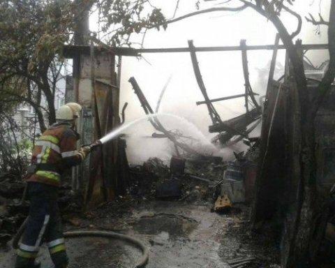 У Києві в Дніпровському районі спалахнула масштабна пожежа, оприлюднені фото