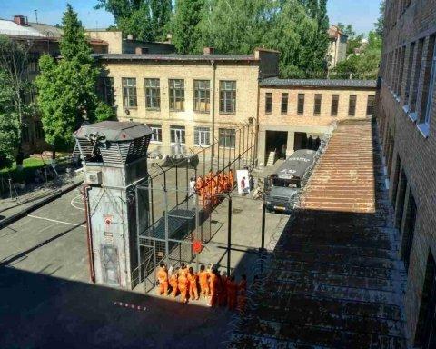 Київська школа перетворилась на майданчик фільму про американську в'язницю, оприлюднені фото